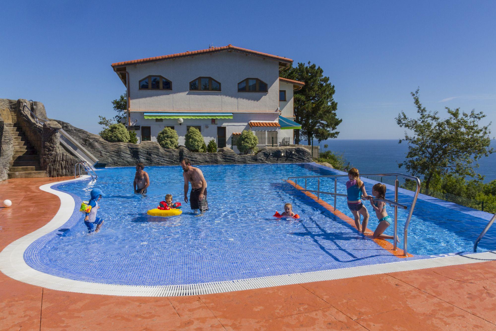 Camping itxaspe costa vasca for Camping en pais vasco con piscina